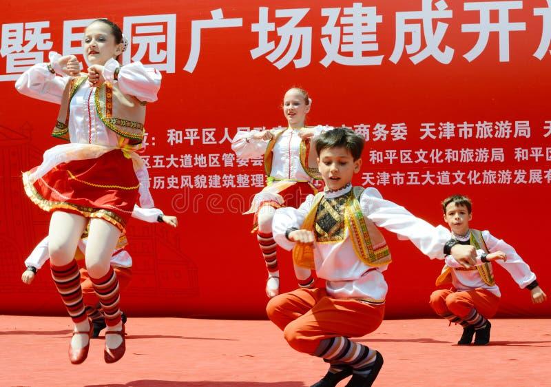 Enfants russes exécutant la danse photo libre de droits