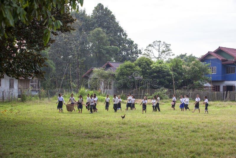 Enfants sélectionnant des déchets dans l'école photo libre de droits