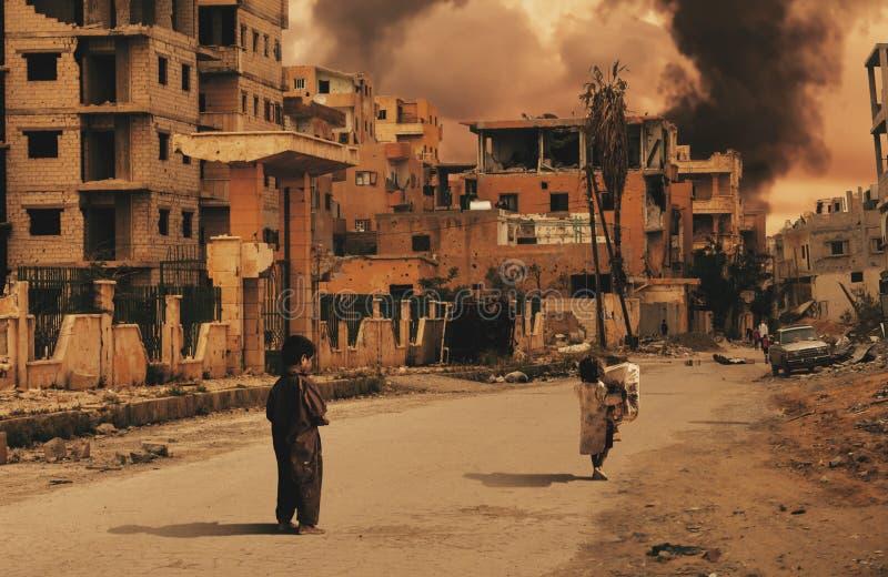 Enfants sans abri dans la ville détruite recherchant l'abri photo libre de droits