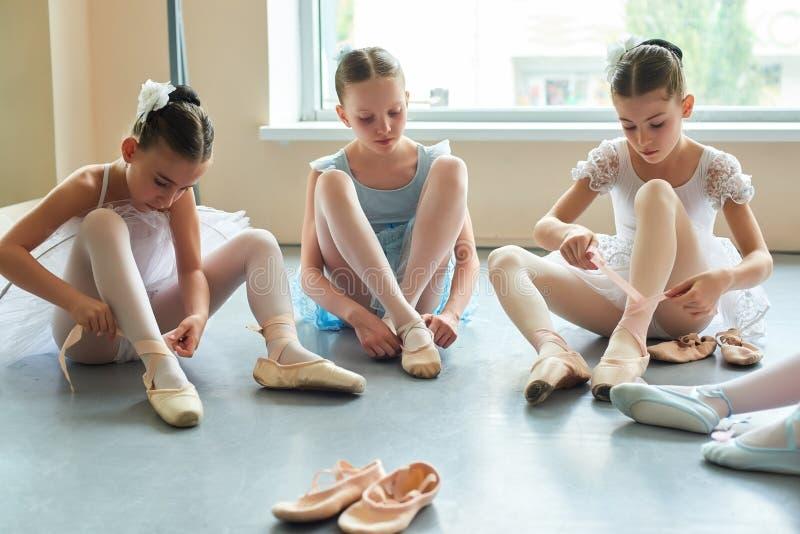 Enfants se préparant à la représentation de ballet image stock