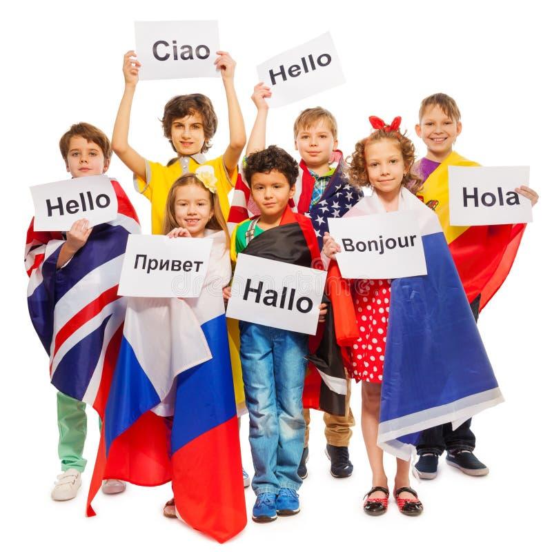 Enfants se saluant dans différentes langues image libre de droits