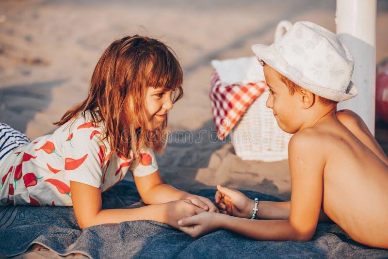Enfants se trouvant sur la plage et tenant des mains image libre de droits