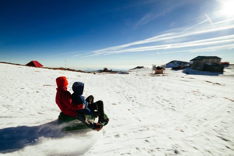 Enfants sleighing photographie stock libre de droits