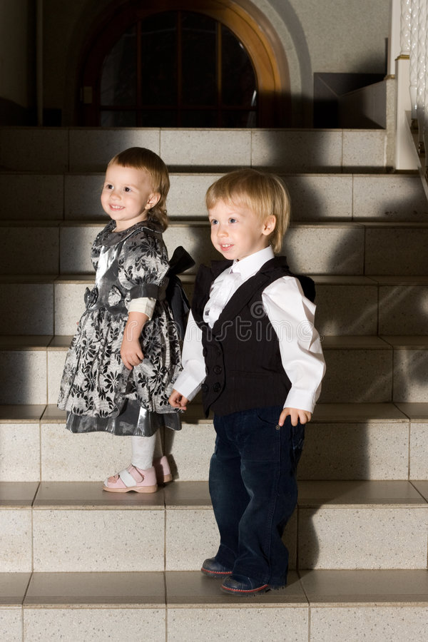 Enfants sur des escaliers image stock