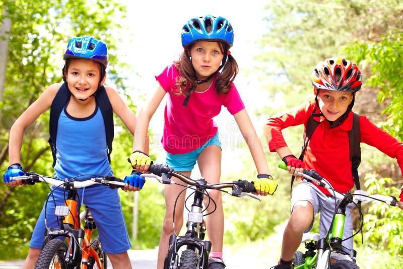 Enfants sur des vélos image stock