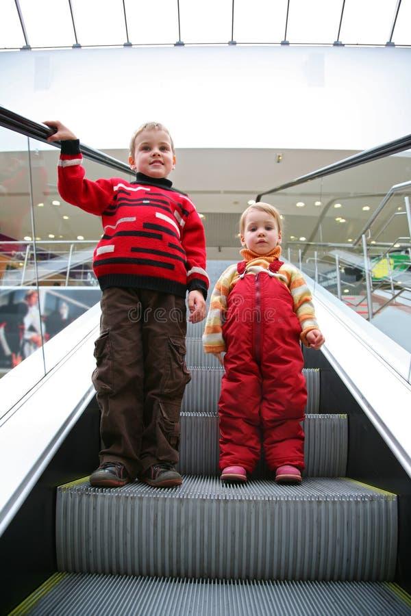 Enfants sur l'escalator image libre de droits