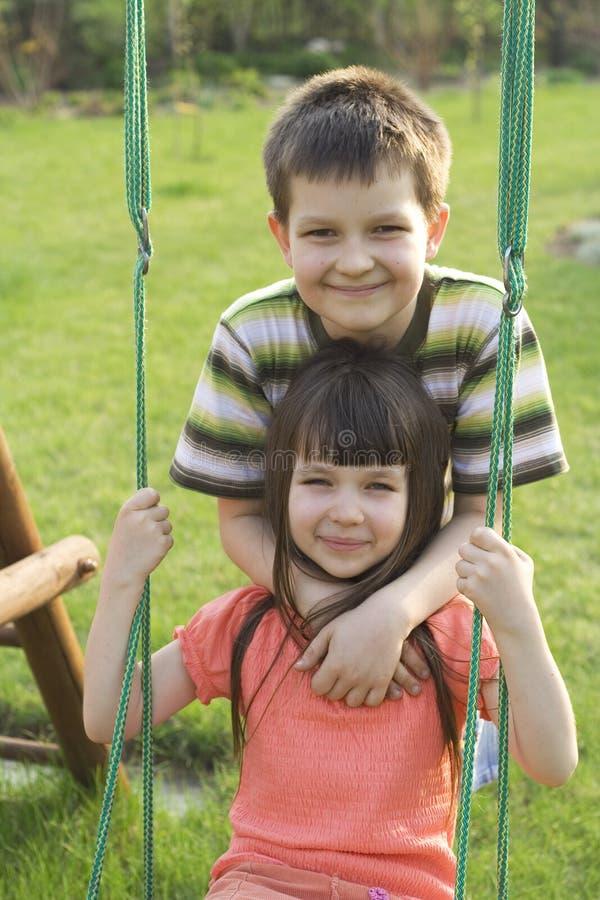 Enfants sur l'oscillation photo libre de droits