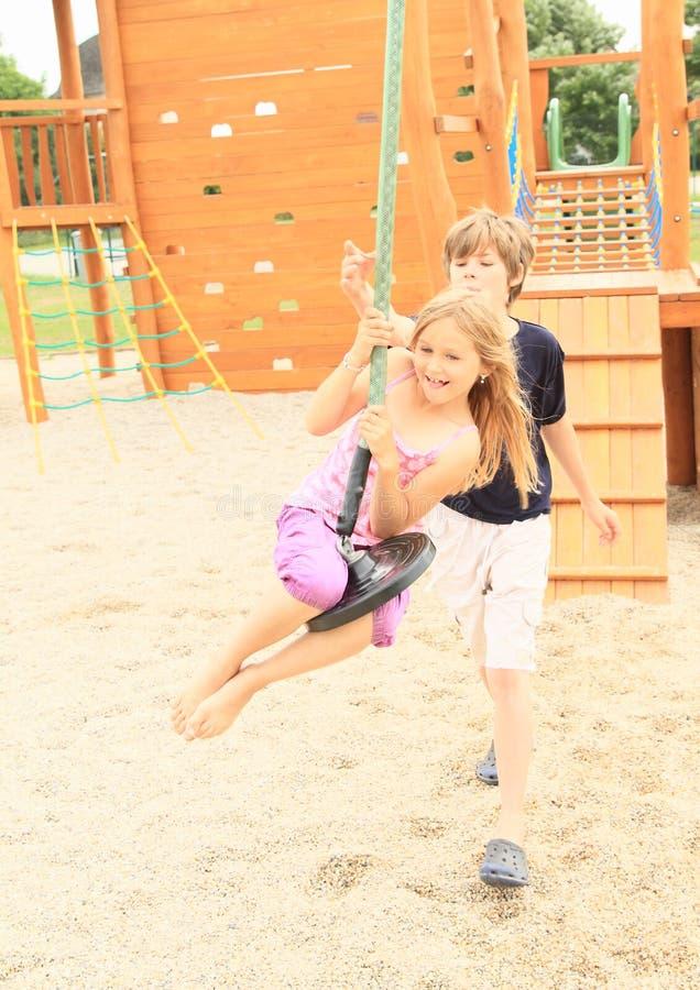Enfants sur la benne suspendue photographie stock