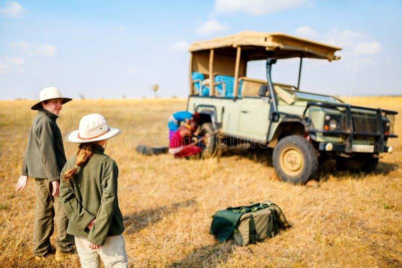 Enfants sur la commande de jeu de safari photo stock