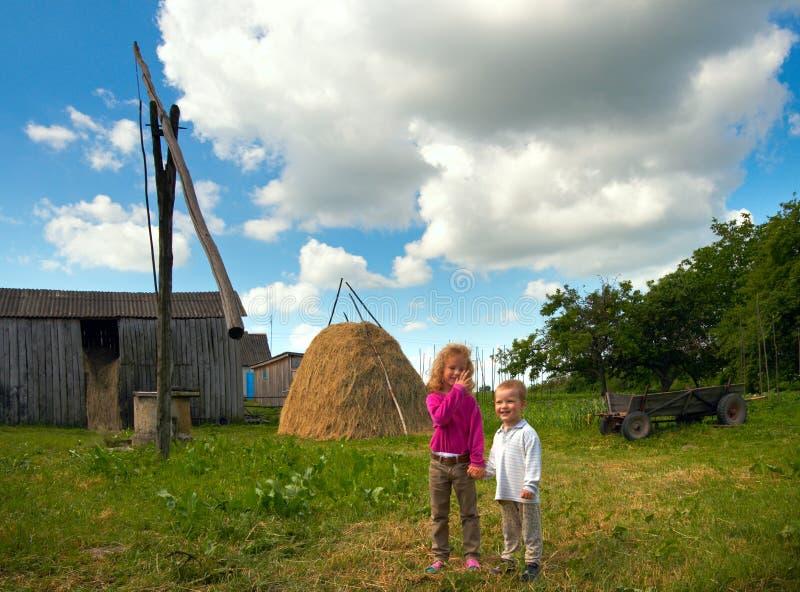 Enfants sur la ferme de pays image libre de droits