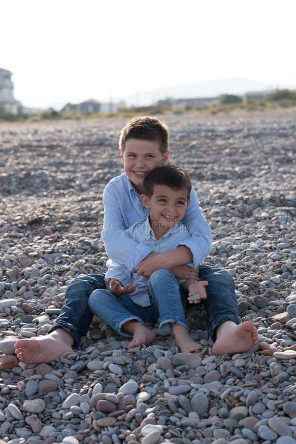 Enfants sur la plage image stock