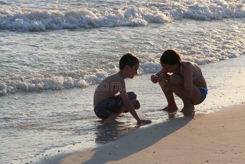 Enfants sur la plage photographie stock libre de droits