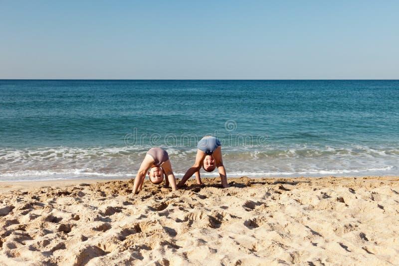 Enfants sur la plage de mer image stock