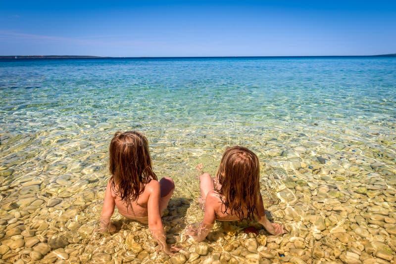 Enfants sur la plage en île PAG ou Hvar de la Croatie image stock