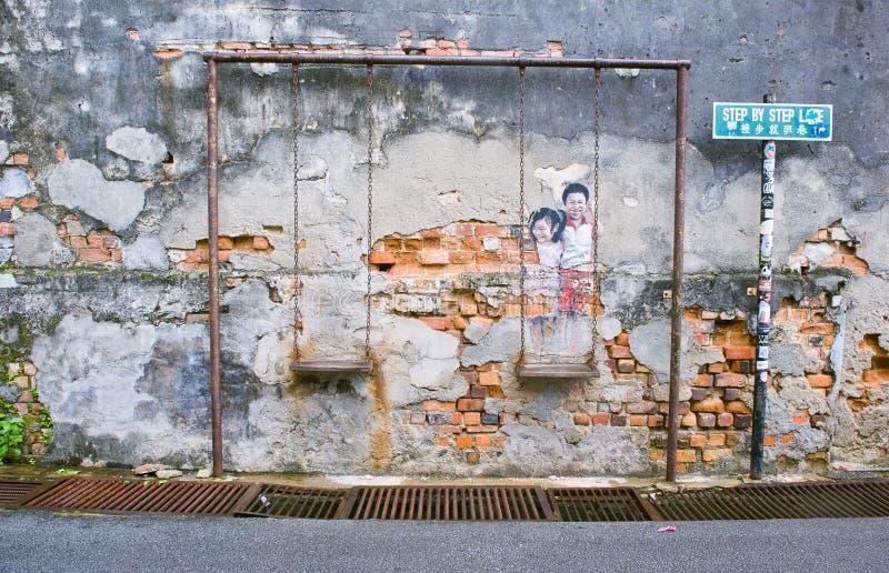 Enfants sur la rue célèbre Art Mural d'oscillation en George Town, Penang, Malaisie photos stock