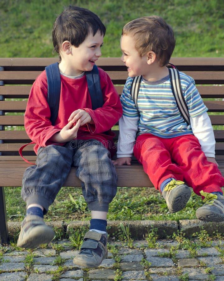 Enfants sur le banc photos stock