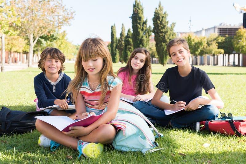 Enfants sur le campus d'école photo stock