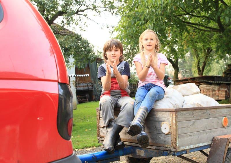 Enfants sur le chariot photographie stock