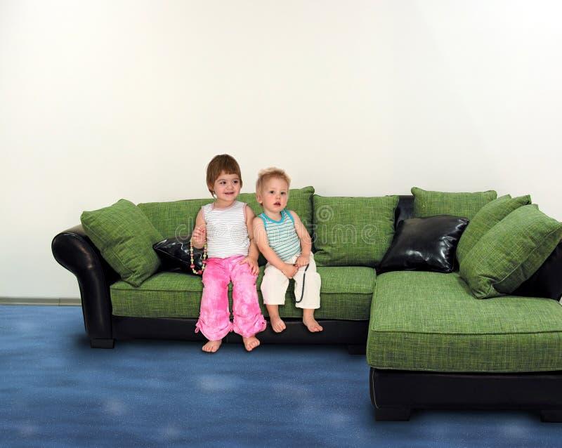 Enfants sur le collage de sofa image stock