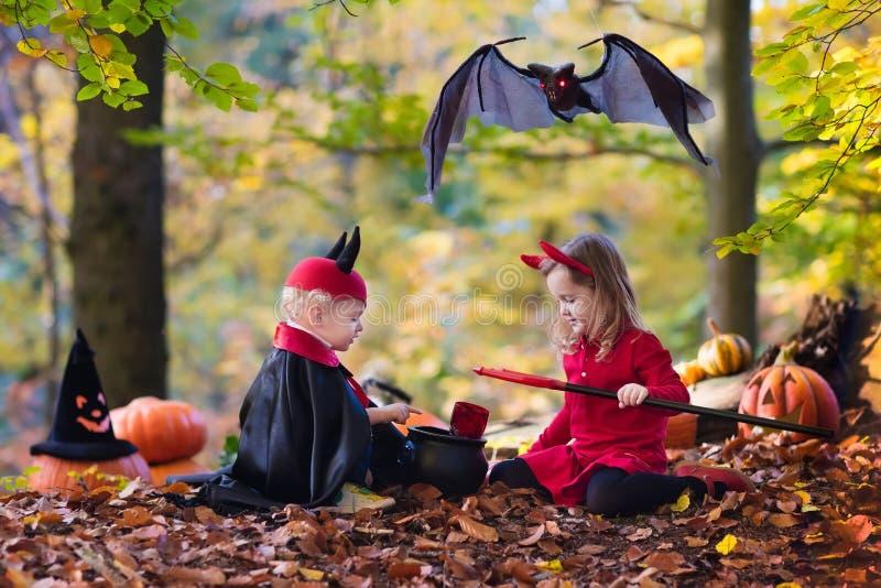 Enfants sur le des bonbons ou un sort de Halloween image libre de droits
