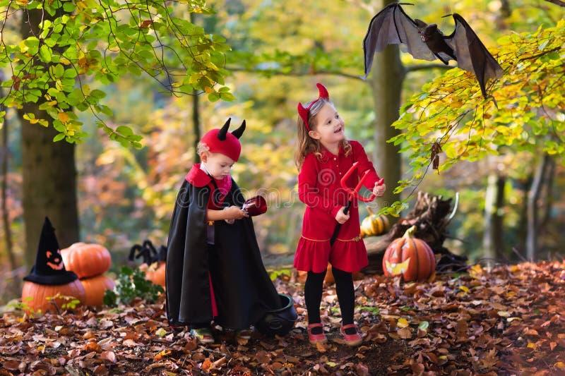 Download Enfants Sur Le Des Bonbons Ou Un Sort De Halloween Photo stock - Image du amusement, foncé: 77152916