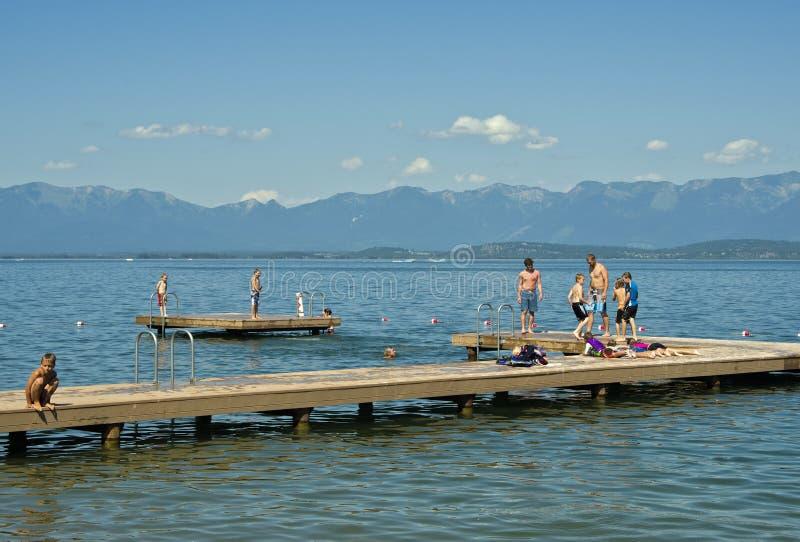 Enfants sur le dock, lac à tête plate, Montana photo stock