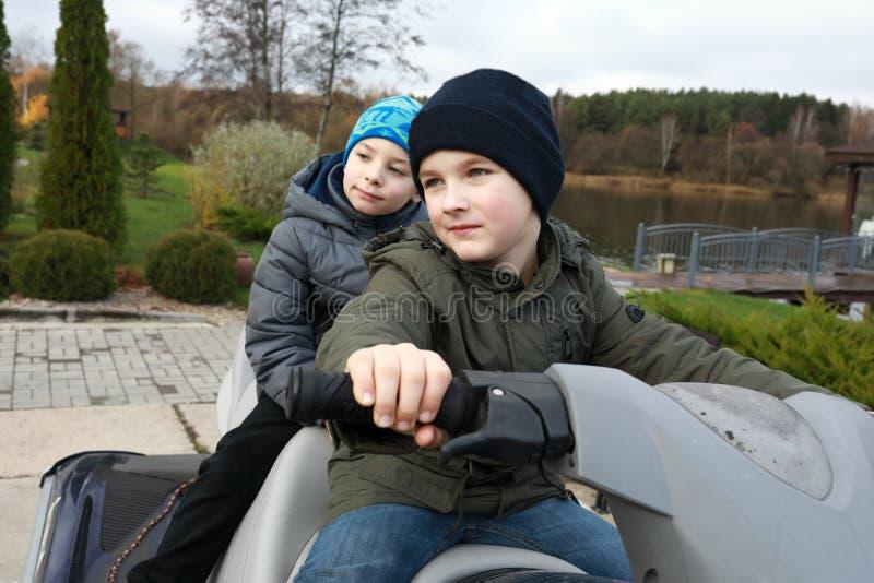 Enfants sur le scooter image libre de droits