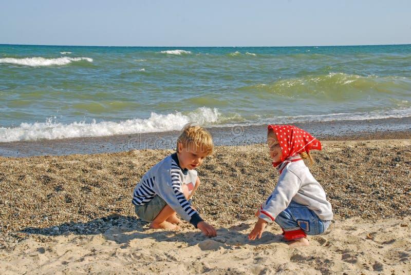 Enfants sur les rivages du lac Michigan, Indiana, Etats-Unis photo libre de droits