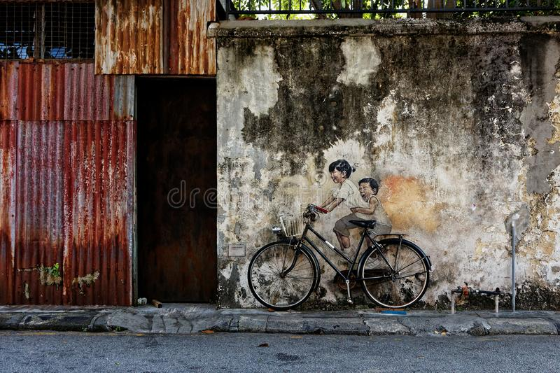 Enfants sur une bicyclette, art public à Penang, Malaisie photo libre de droits