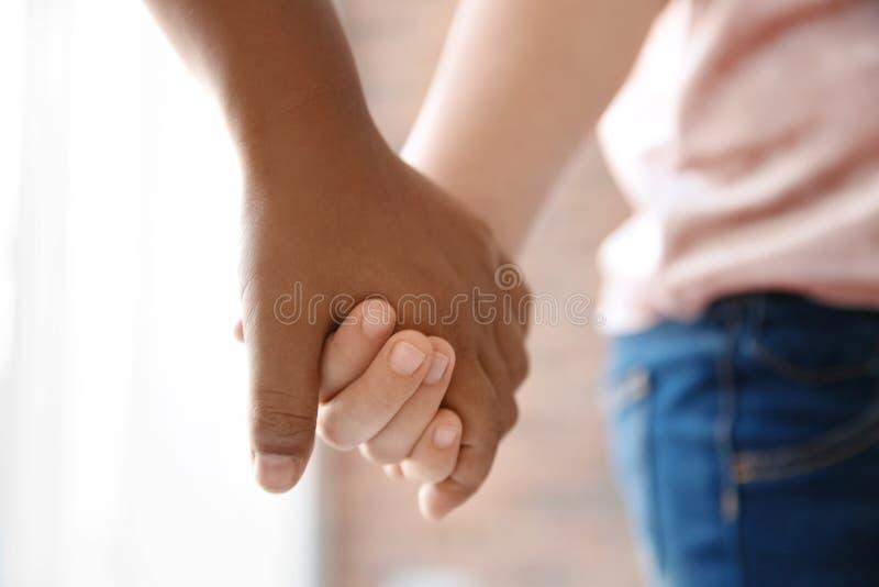 Enfants tenant des mains sur le fond brouillé, plan rapproché photo libre de droits