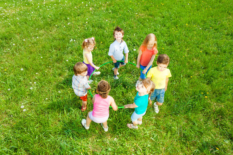 Enfants tenant le cercle, vue à partir de dessus images libres de droits