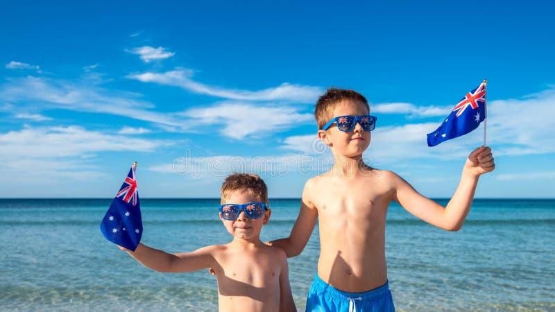 Enfants tenant les drapeaux australiens le jour de l'Australie photographie stock libre de droits