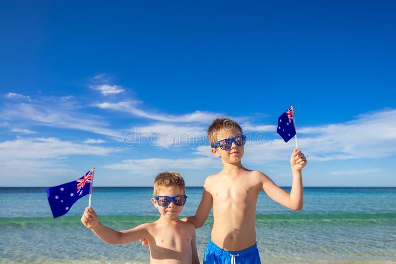 Enfants tenant les drapeaux australiens le jour de l'Australie images libres de droits