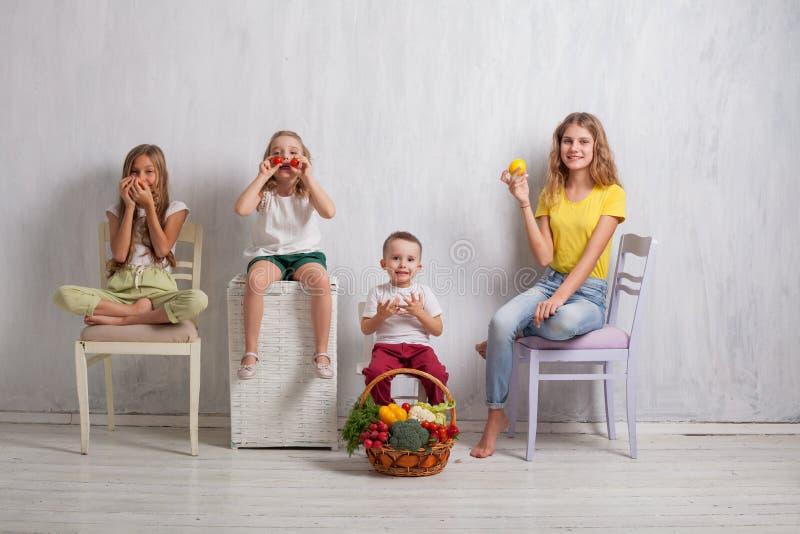 Enfants tenant un panier de fruit frais et de nourriture saine de légumes photos stock