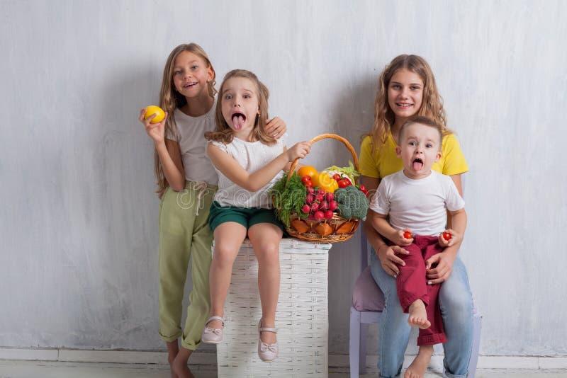Enfants tenant un panier de fruit frais et de nourriture saine de légumes photographie stock
