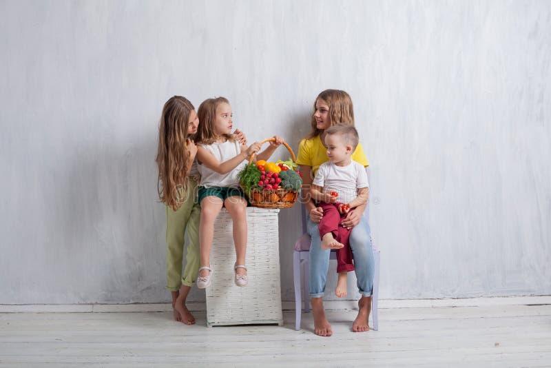Enfants tenant un panier de fruit frais et de nourriture saine de légumes images libres de droits