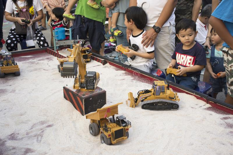Enfants thaïlandais et voyage de parent et jouer le jouet par radio de contrôleur image libre de droits