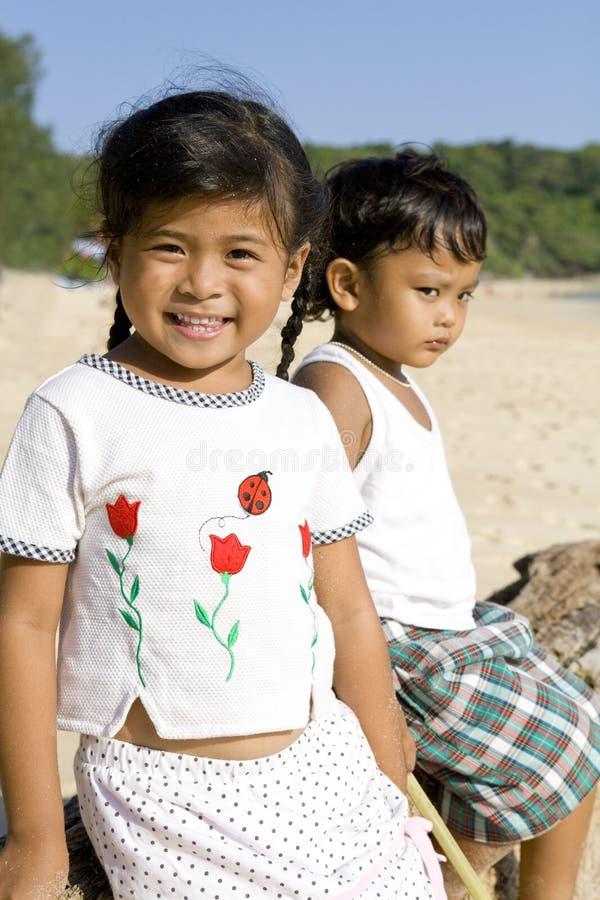 Enfants thaïs sur la plage photographie stock