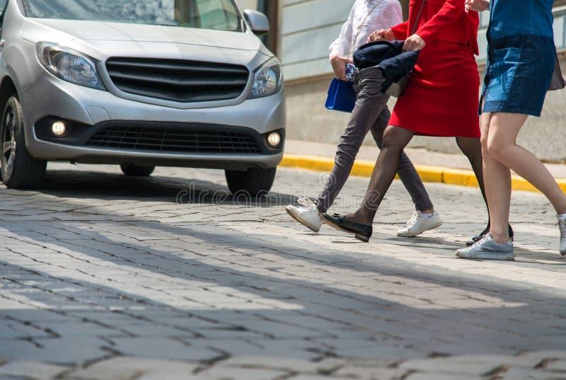 Enfants traversant la route image libre de droits
