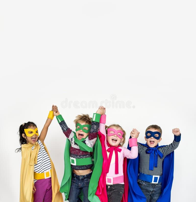Enfants utilisant le costume de super héros images stock