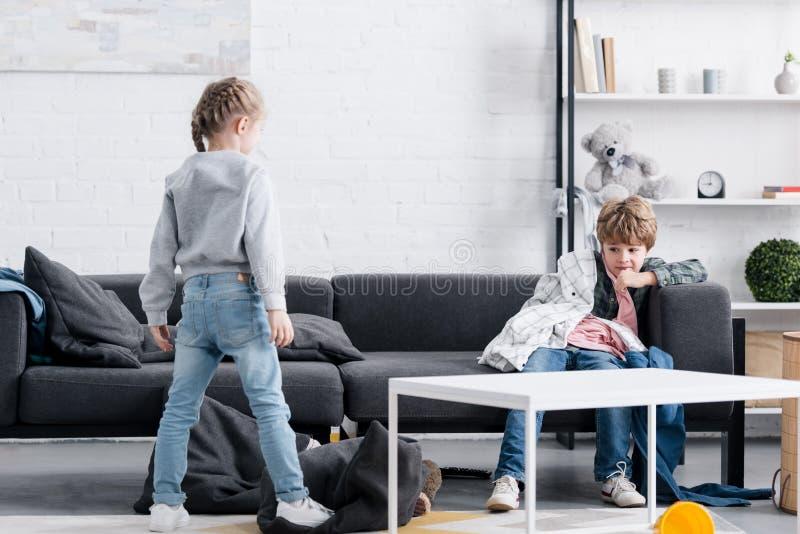 enfants vilains jouant avec des vêtements photo libre de droits