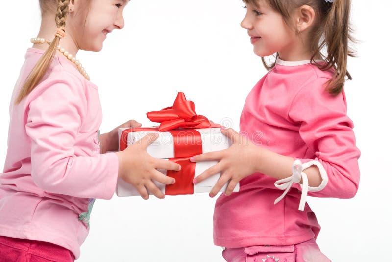 enferme dans une boîte des filles de cadeau retenant peu images stock