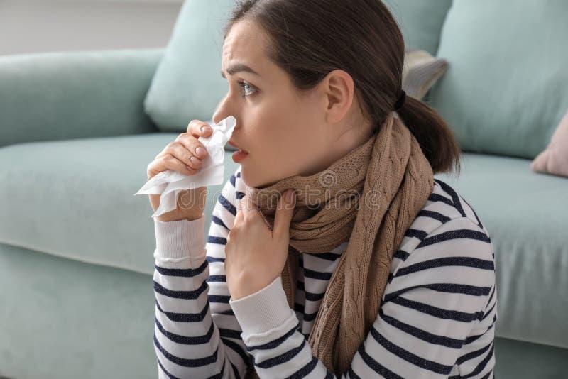 Enfermedad de la mujer joven con gripe en casa foto de archivo libre de regalías