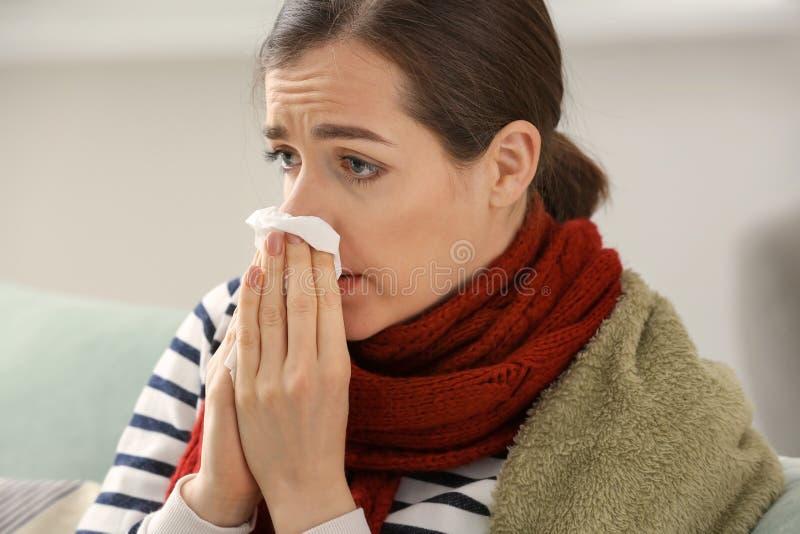 Enfermedad de la mujer joven con gripe en casa imagen de archivo libre de regalías