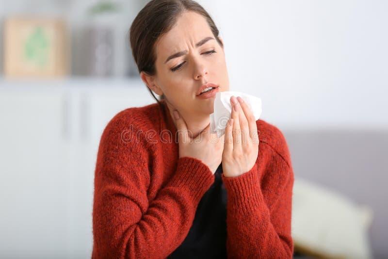 Enfermedad de la mujer joven con gripe en casa imagenes de archivo