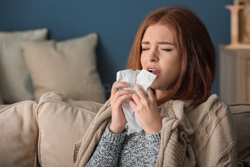 Enfermedad de la mujer joven con gripe en casa fotografía de archivo