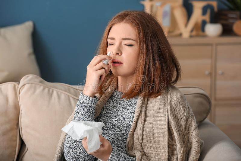 Enfermedad de la mujer joven con gripe en casa fotos de archivo libres de regalías