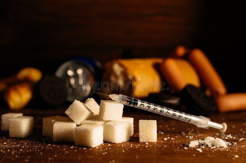 Enfermedad - diabetes Azúcar, jeringuilla para la inyección, comida dañina fotografía de archivo libre de regalías
