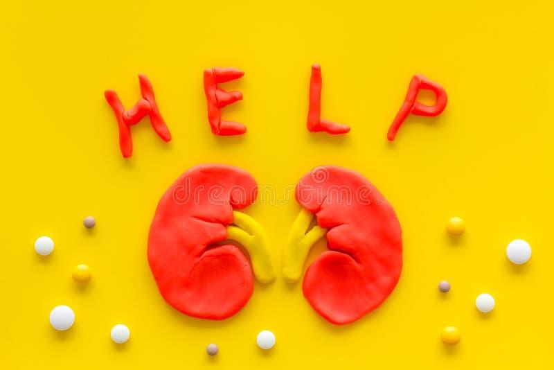 Enfermedades renales y tratamiento Palabras de ayuda, órgano, pastillas en la vista superior amarilla foto de archivo libre de regalías