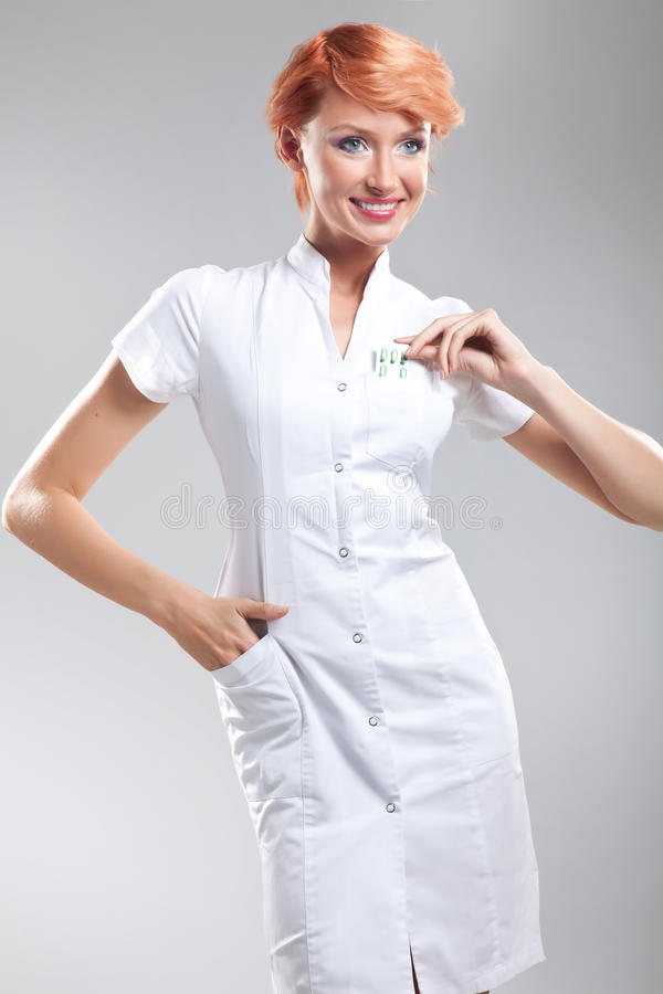 Enfermeira agradável que mostra comprimidos fotografia de stock royalty free
